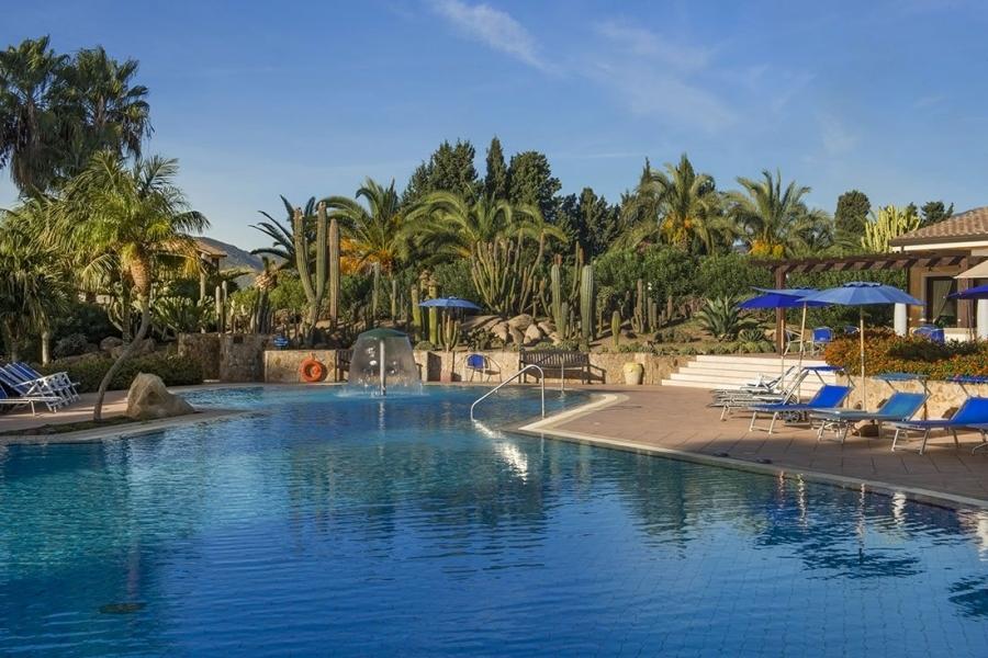 der Swimmingpool des Hotels in Pula Sardegna.jpg